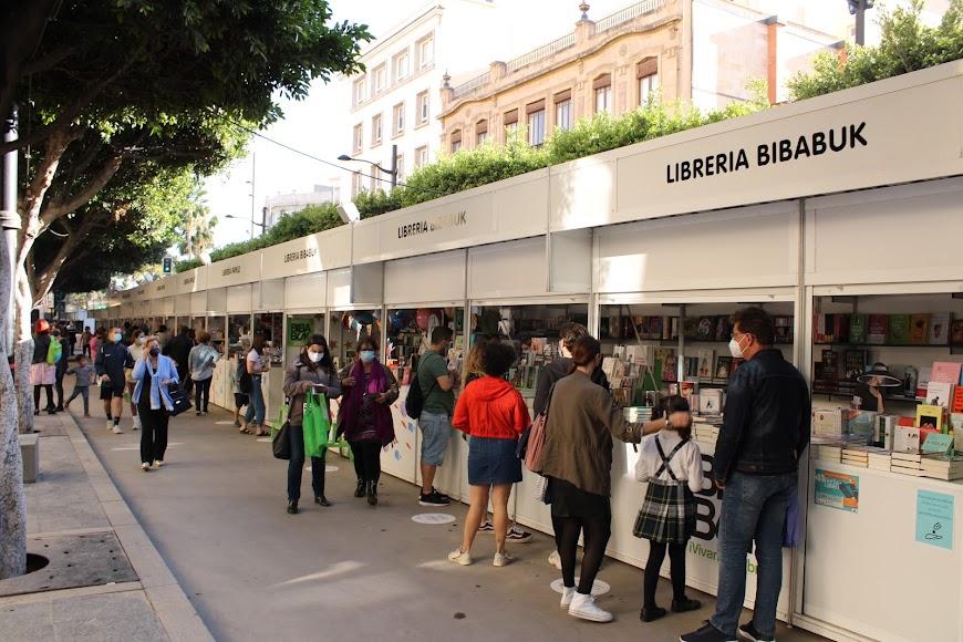 Numerosos almerienses disfrutando de la Feria del Libro.