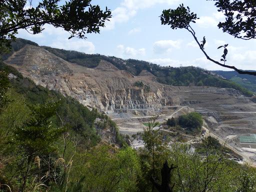 採石場3(左の額堂山が削られ)