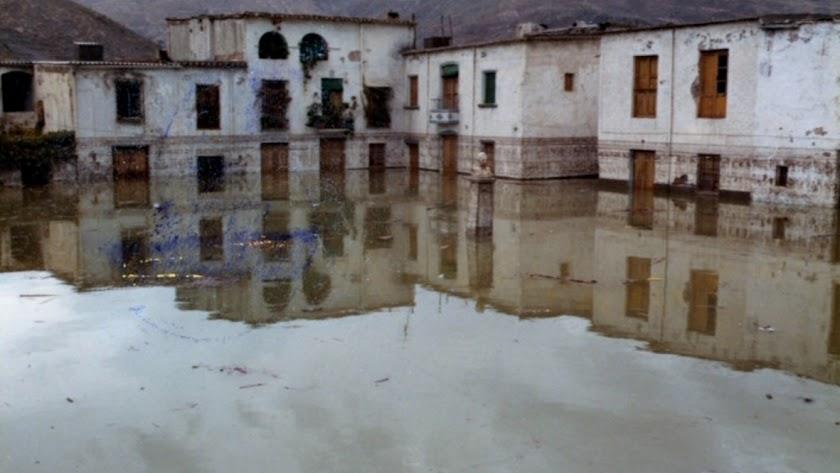 Imágenes del pueblo con el agua llegando ya a la altura de las casas.