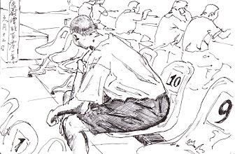 Photo: 羨慕不已2012.06.12鋼筆 有些收容人家得遠,親人無法時常來探望,只好委託朋友就近寄菜,這位收容人看到不是家人來難掩失望,只能在座位上羨慕地望著其他接見的收容人…