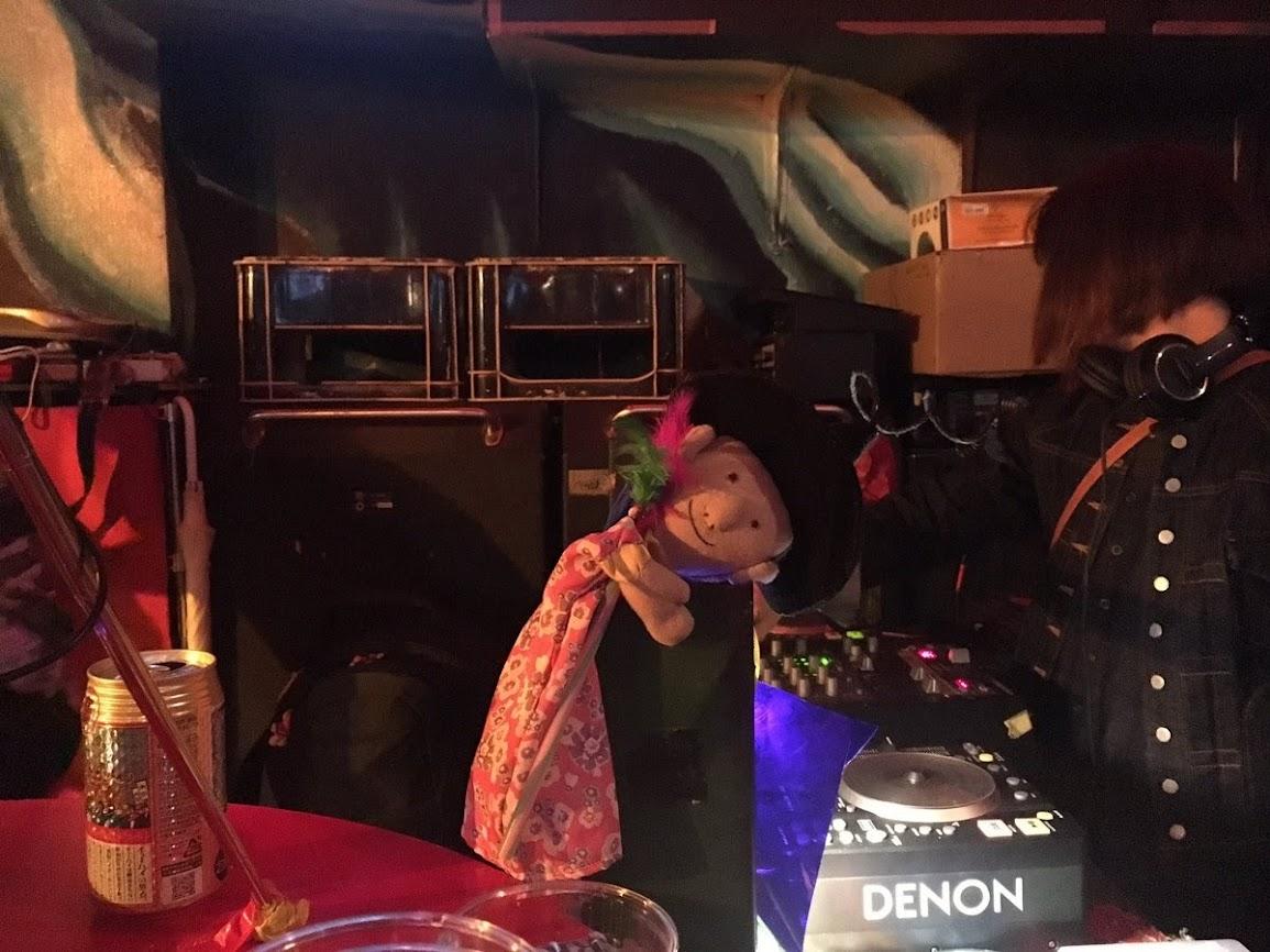 ひんでんさんは司会。バンド「1969」企画LIVE。@ヘブンズドア。「ハッピーひんでんさん人形」ソロ。
