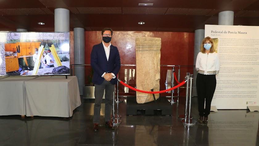 El alcalde de El Ejido y la edil de Cultura junto al pedestal de Porcia Maura.