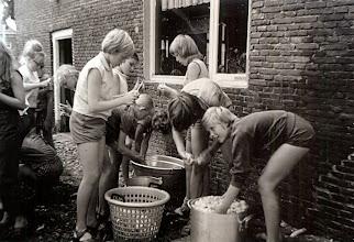Photo: Bosvolk 1966, aardappels schellen