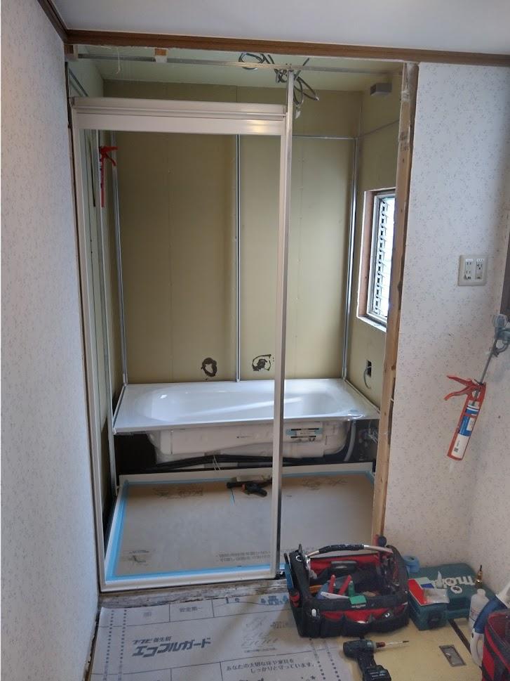 浴槽と扉枠が入りました