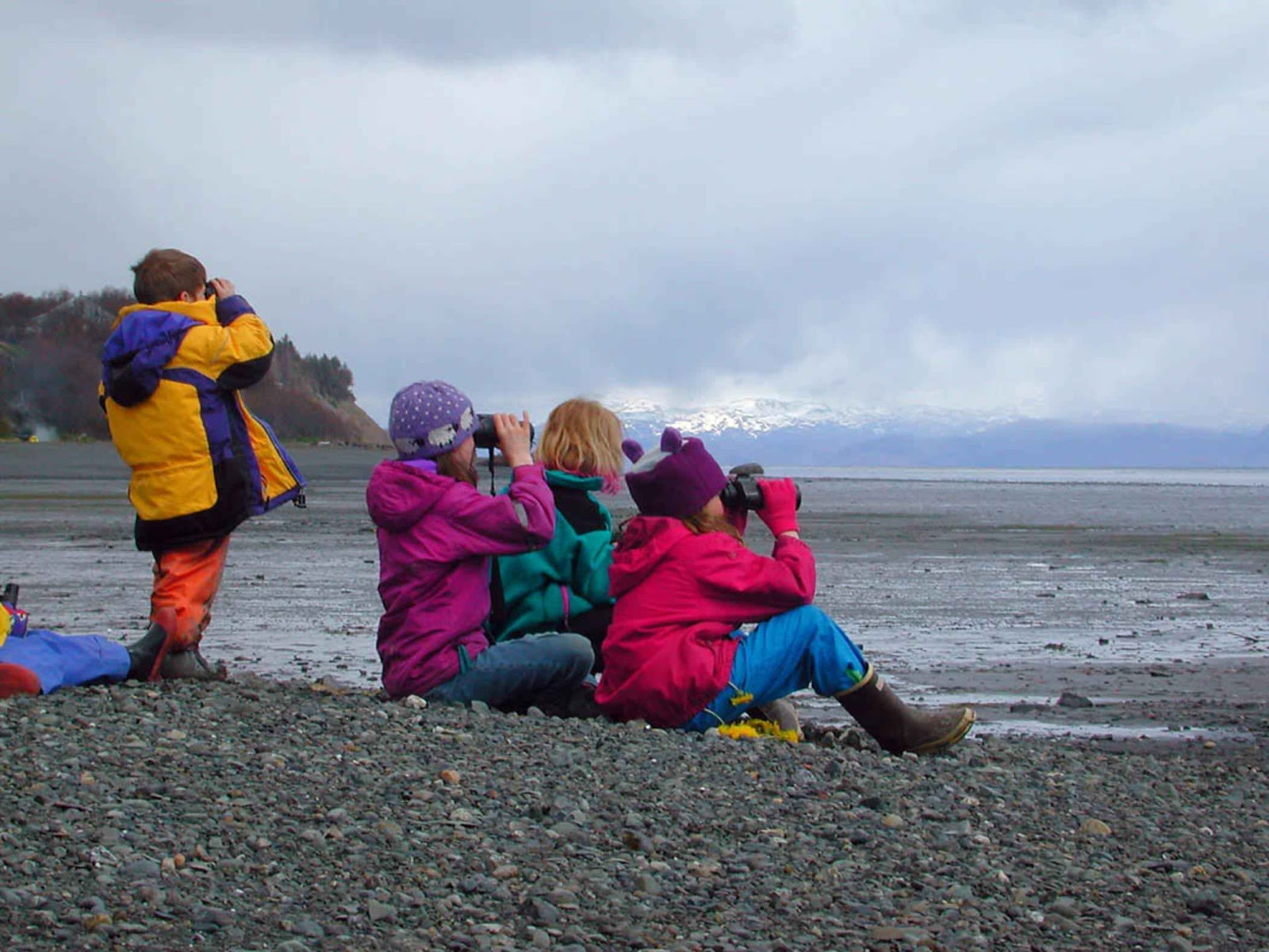 Children_sit_on_the_beach_and_watching_the_horizon_with_binoculars.jpg