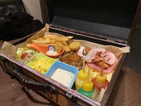TankQ Cafe & Bar - 特色箱裝早午餐、迪士尼系列可愛裝飾,台北松菸美食推薦
