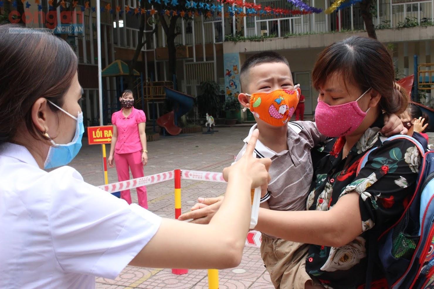 Các trẻ và phụ huynh đều kiểm tra và rửa tay sát khuẩn trước khi đưa vào lớp