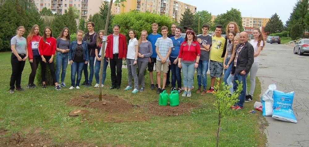 Výsadba stromčekov žiakmi 9. ročníka