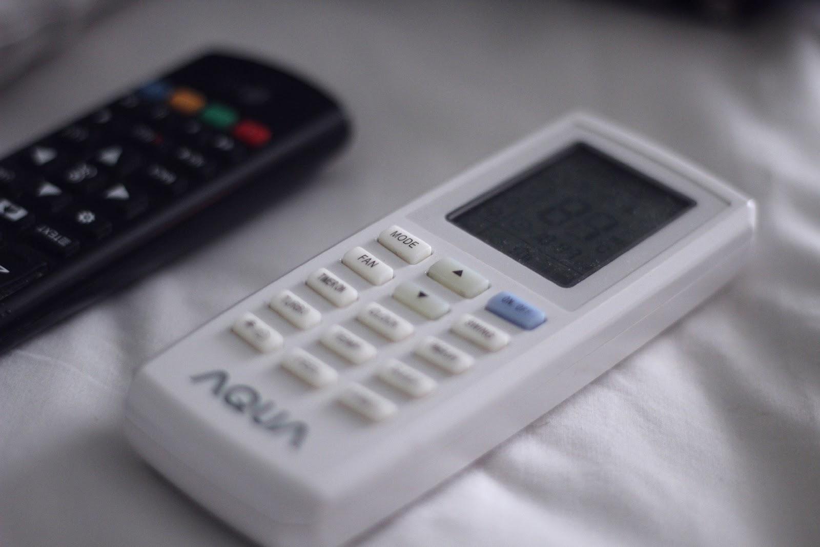 Um controle de ar condicionado ou climatizador.