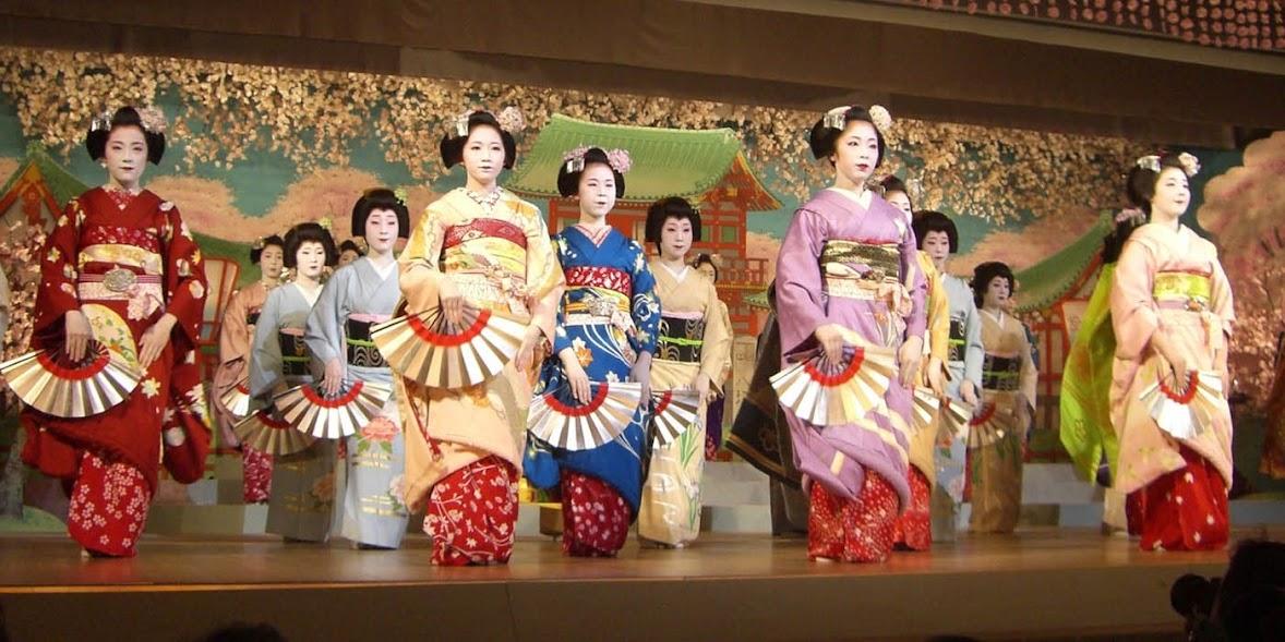 grupo de Geishas danzando para un festival