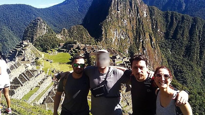 Almudena Moral junto a sus amigos, también almerienses y atrapados en Perú.