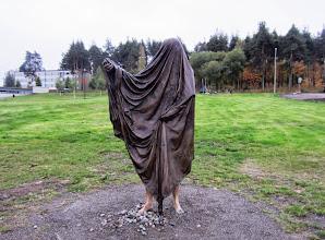 Photo: Tuntematon runoilija -patsas Penttilän puolella ei oikein saanut varauksetonta ihailuamme