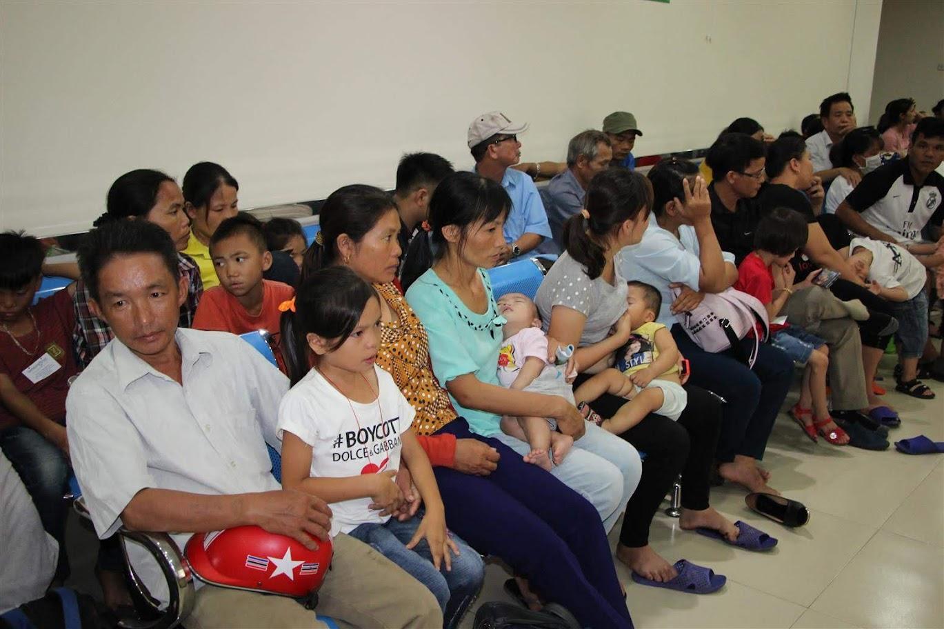 Từ sáng sớm, rất nhiều phụ huynh đã đưa trẻ đến BVQT Vinh chờ khám