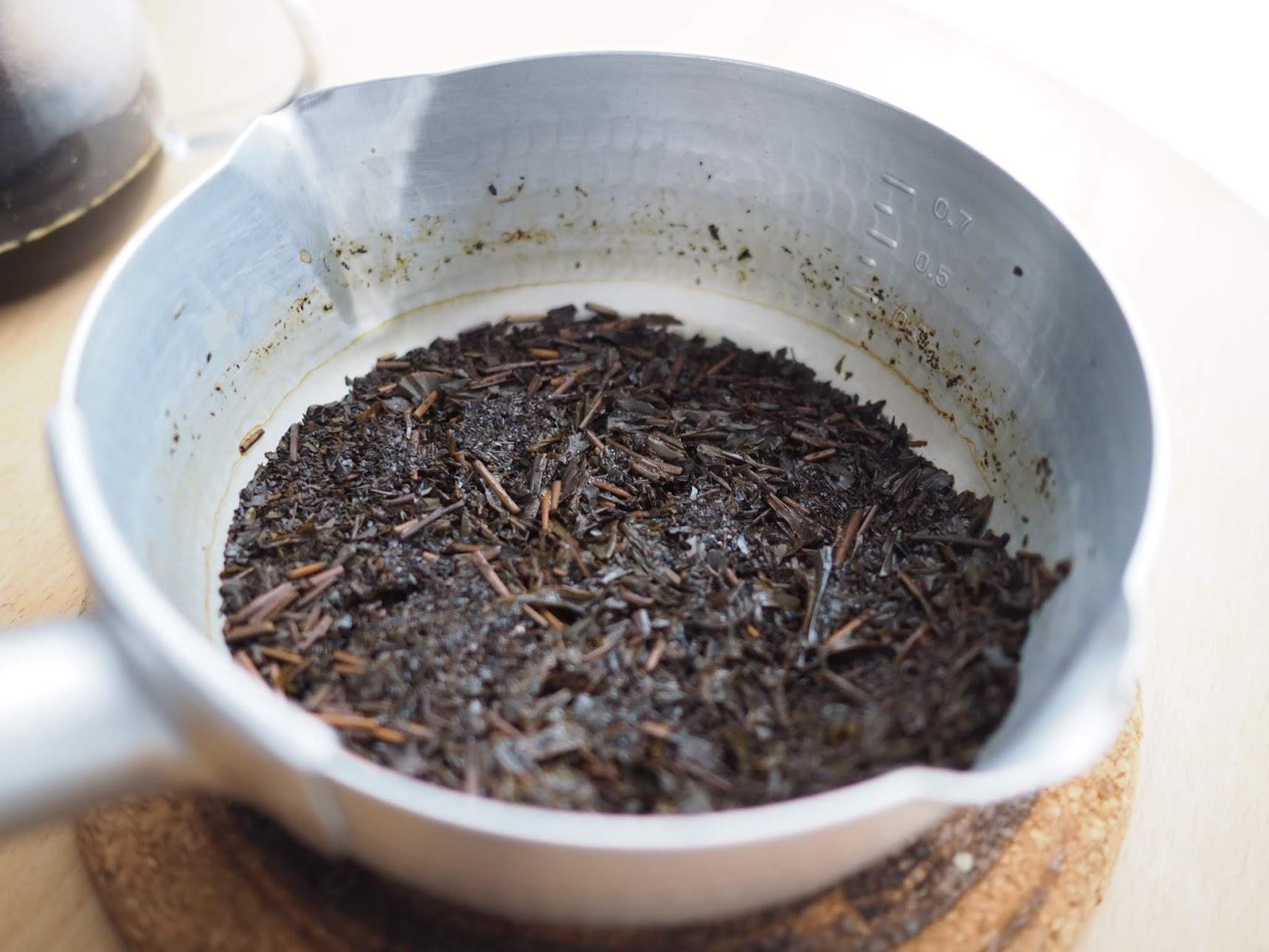 まだ茶葉に水分が残っている