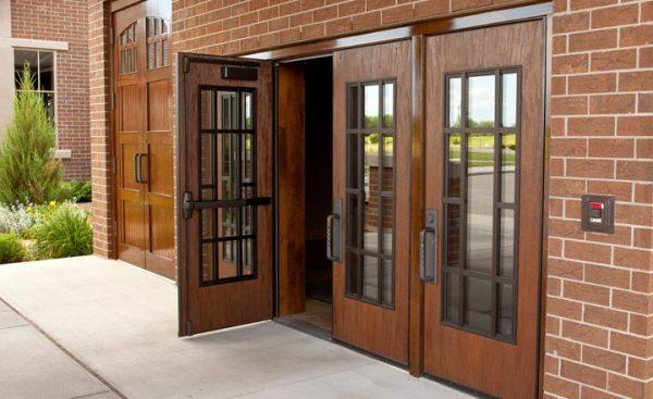D:\cuanhuanamwindows.com bai 21-30\Kích thước cửa chính phụ thuộc vào những yếu tố nào (1)\cua-600x367.jpg