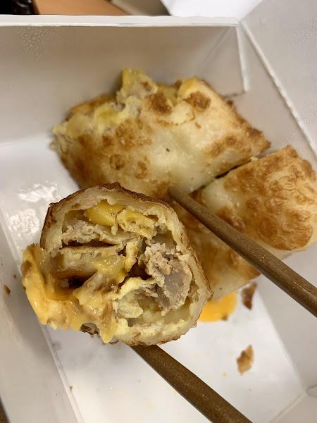 現點現做的蛋餅,夠味~無需再添加醬料的。除了鮪魚、玉米食材外,還有起司擠中間⋯⋯