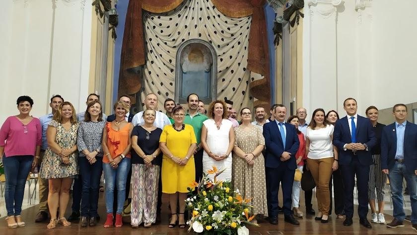 Fotografía de familia de los representantes de los municipios del Levante.