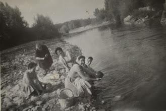 Photo: La Jira. Fregando en el río. Proveedor: Mireia García. Año: 1958.