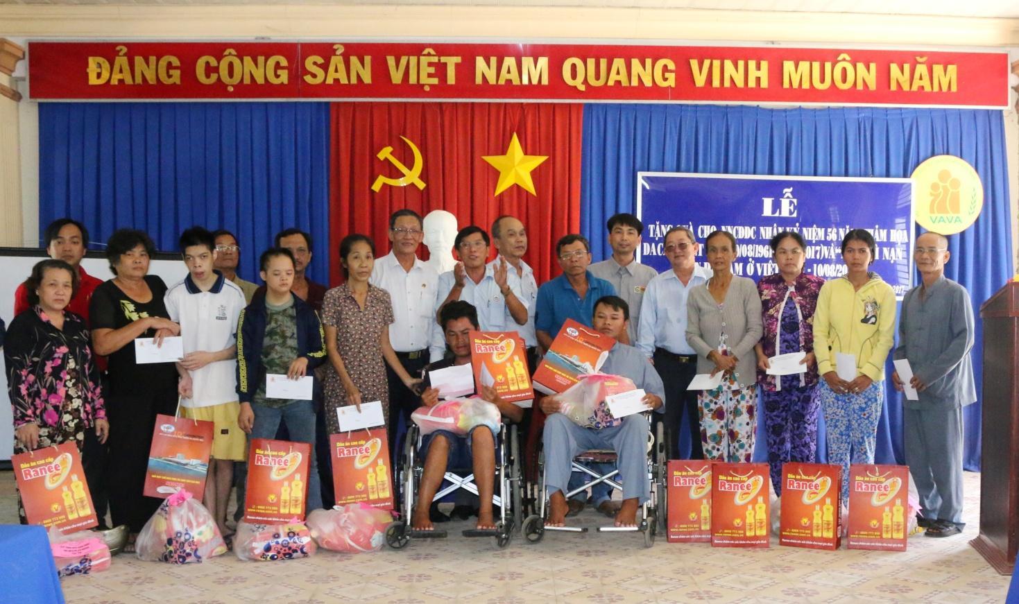 Description: 3. Niềm vui hiện rõ trên gương mặt những nạn nhân khi được nhận quà từ nhà tài trợ.JPG