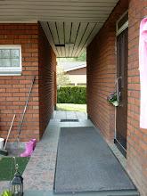 Photo: Bejárati ajtó hátul, rózsaszín gumicsizmával