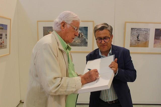 Pérez Siquier firmando su libro a Santiago Alfonso, Patrono de la Fundación de Arte Ibáñez-Cosentino.