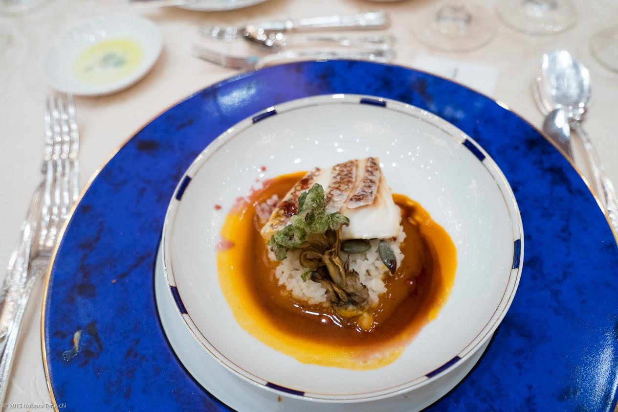 真鯛のグリエ ストライプペポ(食用南瓜の種)舞茸のグリーン天麩羅揚げ添え 十穀米のリゾットの軽い赤ワインソース和え