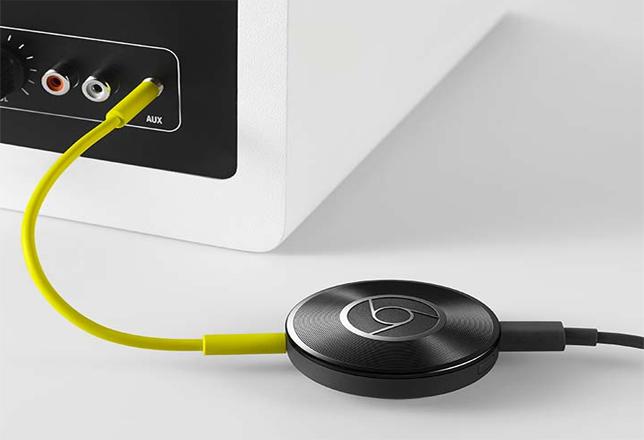 Chromecast conectado a la parte trasera de un altavoz