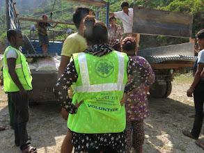 Photo: Voluntarios de la Fundació Casa del Tibet descargando camión de láminas de metal en la aldea de Khalte, distrito de Dhading.