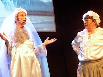 Frau Holle und die Eiskönigin kritisieren die Umwelterwärmung.