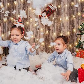 Having fun on Christmas by Bianca Enache - Babies & Children Children Candids ( twins, havingfun, girls, christmas, fun, photoshoot, xmas,  )