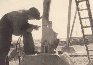Photo: 1943. Højspændingsmastens ben repareres efter sprængningsforsøget. Fotos stammer fra Walter Krum Nielsens scrapbog. Oplysning om dato for sprængning stammer fra Andreas Skov, Historiens Hus, Odense.