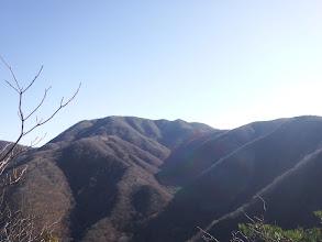 岩場から雨乞岳を望む