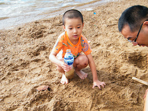 Photo: baby son, warrenzh, 朱楚甲, discussing with his dad, benzrad, 朱子卓, on sand game.