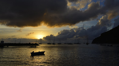 Photo: Prendre un coucher de soleil comme ça (j'ose le dire) c'est un art. Ca se joue à quelques secondes, car le soleil se déplace vite dans le ciel, et les nuages bougent aussi. Le cadrage doit être calé, l'exposition aussi. Bref, il faut un peu de pratique et