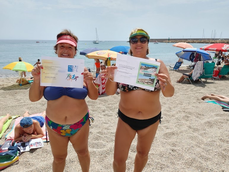 Mari Carmen y Maravillas con sus premios en la playa de Roquetas