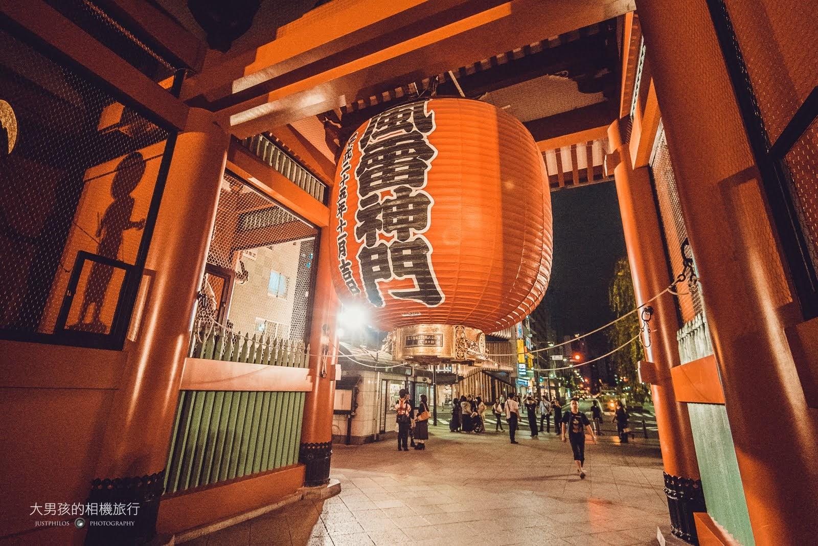 淺草寺最有名的「雷門」紅燈籠,在夜晚一樣相當引人注目。