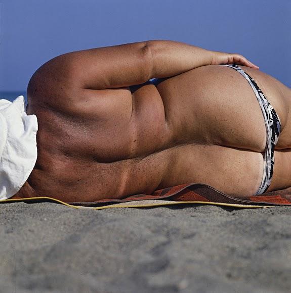 Una mujer toma el sol de espaldas, ajena al buen ojo para cazar fotos de Siquier. Fue captada en Aguadulce en 1980.