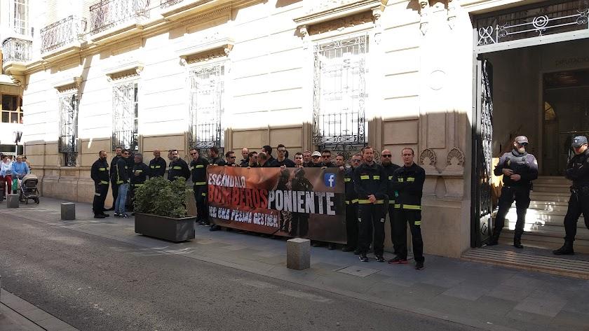 Bomberos del Poniente durante la concentración a las puertas de la Diputación.