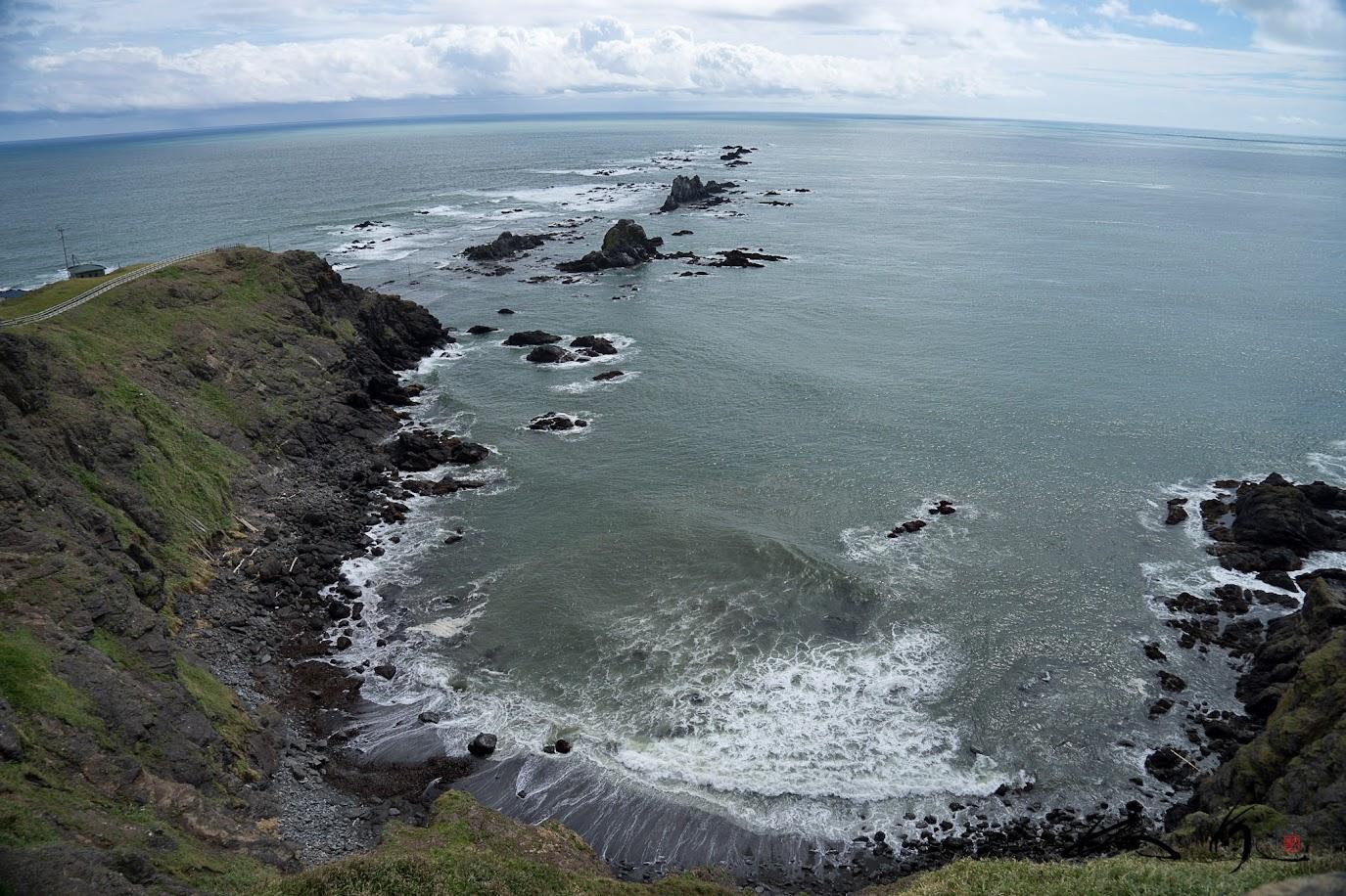岬先端から続く岩礁群