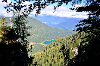 Photo: O tegale jezera startamo. Zgornje Belopeško jezero je tole. Spodnje leži le streljaj od njega desno, gledano od tule. Okrog njega vodi lepa sprehajalna pot. V poletni vročini toplo priporočam hlajenje ob prijetno hladnem jezeru na poti, ki večinoma pelje pa prijetni senčki.