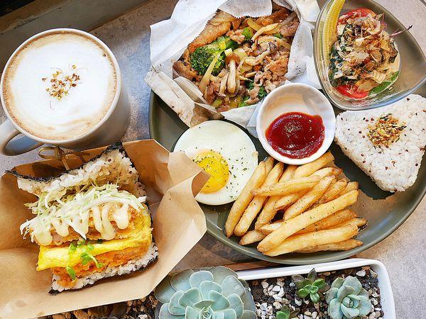 AOZA熬咋 - 台中西區勤美早午餐,多口味紙包料理和沖繩飯糰一早就能品嘗,吃膩了拼盤和三明治嗎? 試試不一樣的組合吧