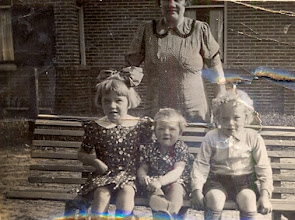 Photo: Jantje Zandvoort met haar kinderen Eppie, Gé en Roelof