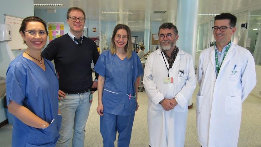 Los doctores Antonio Cárdenas, Francisco Cañabate y Emilio Robles-Musso, junto a enfermeras de la UCI.