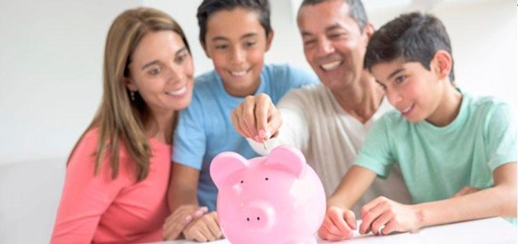 imagem Família poupando dinheiro
