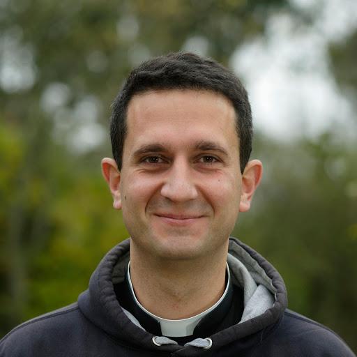 Le Père Hubert participe au cross Ouest France pour soutenir les personnes avec un handicap de L'Arche La Ruisselée.