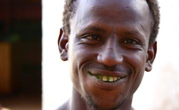 Photo: Fra i denti di questo ragazzo pezzetti di chat, una sorta di droga stimolante che va moltissimo sia in Etiopia sia in Kenya. Durante questo viaggio ne ho mangiato giusto un paio di foglioline, ma il gusto non mi piace. Un'altra volta che ero stato in Kenya (1999/2000) pero' siccome stavo con una ragazza a cui piaceva tantissimo la prendevo ogni sera. Credo di aver mangiato piu' fogliame della mucca Carolina in quei giorni. Effetti o sensazioni provate: nessuna. E' quindi una droga molto blanda, d'altrocanto come tutte le droghe il suo abuso puo' avere conseguenze spiacevoli. Nel caso di questo ragazzo alcuni disturbi cronici sembrano affiorare.