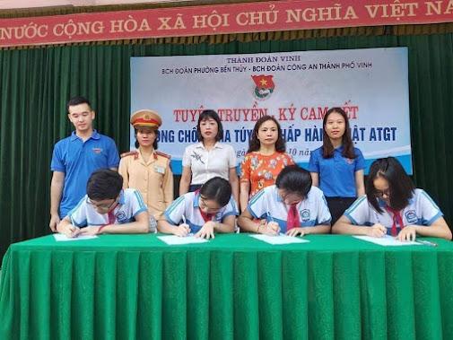 Các em học sinh ký cam kết chấp hành nghiêm Luật giao thông và Phòng chống ma tuý