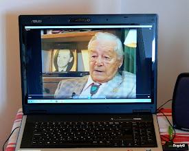 Photo: A bejáratnál egy laptopon megnézhető, hallgatható a vele készült interjú....