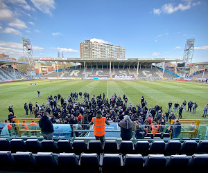 📷  In beeld: Mehdi Bayat spreekt veldbezetters toe in aanloop naar Charleroi-Eupen