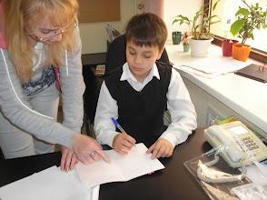 Photo: Вова Лебедев - ученик 6А класса! подписывает открытку ветерану!